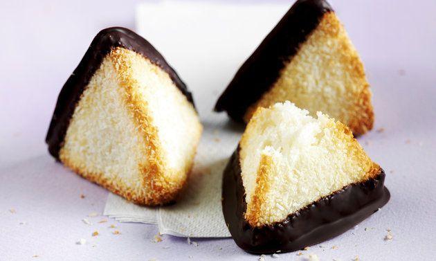 Kokosmakronen: Masse: Kokosraspel, Zucker und Salz mischen, eine Mulde formen. Eiweiss, Honig und Rahm verrühren, in die Mulde geben, alles gut mischen. Von ...