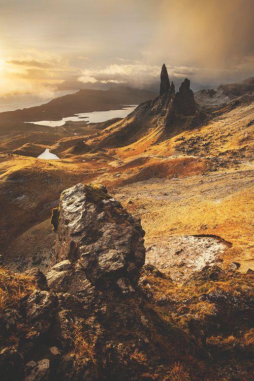 Majestätisch überblickt er das zerklüftete Gebirge im Norden Skyes. Der Old Man of Storr ist eine wunderschöne, gigantische Felsnadel. Die Landschaft dahinter eine grandiose Kulisse.