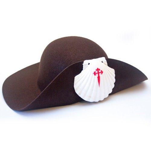 Clásico sombrero que portaban tradicionalmente los peregrino que acudían a Santiago como meta del camino, para protegerse de las condiciones climatológicas, sol, nieve, lluvia o viento.