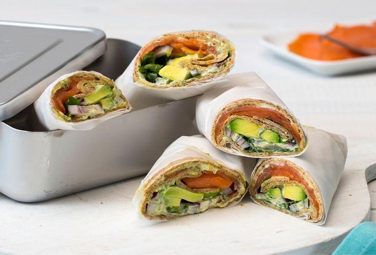 Oppskrift på en smaksrik wrap som er sunn, lettvinn og god til lunsjen, matpakken eller kveldskosen. Pesto og røkt laks sammen med sprø og sunne grønnsaker.