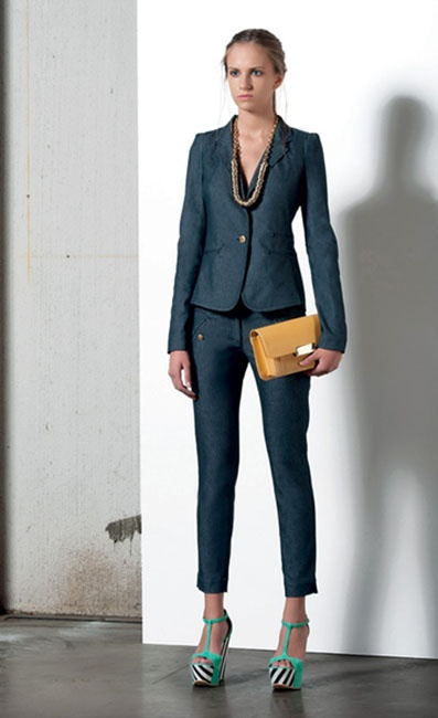 Look 06 . 510 Giacca / Jacket . 418 Pantalone / Trousers . 248 Collana / Necklace . 271P Borsa / Bag . 203P Scarpa / Shoes