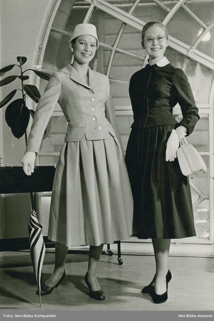 Tonårsmode, 1957. Två modeller i dräkt. Ljus dräkt: Sahléns, ren ull, 153:-. Mörk dräkt: Wallengren, helylle/nylon 145:-. Foto: Erik Holmén för Nordiska Kompaniet