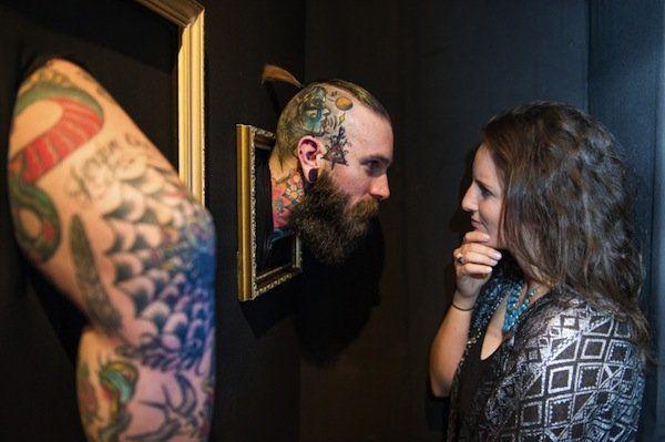 """Una cornice dorata e dentro una testa, un braccio, una gamba. Non dipinti o scolpiti. Una testa, un braccio, una gamba veri.Sì, perché questa è la Human Gallery of Tattoos, un'esposizione che celebra i migliori tatuatori e tatuaggi del mondo, mettendo in mostra direttamente le """"tele"""" originali, ovvero le persone stesse. L'esposizione è stata inaugurata la scorsa settimana a Londra, in occasione della London Tattoo Convention."""