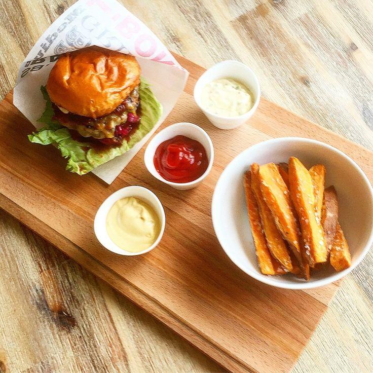 Idag blev det hemmagjord hamburgare på 100% nötfärs, worcestersås, salt & peppar samt egen dijonmajonäs, isbergssallad, bifftomat, egen picklad rödlök, cheddarost, egen barbecuesås, rostad lök & egen hamburgerdressing mellan ett briochebröd. Till det friterade sötpotatisstrips med 3 olika dippsåser med vanlig ketchup, egen dijonmajonäs & egen hamburgerdressing!