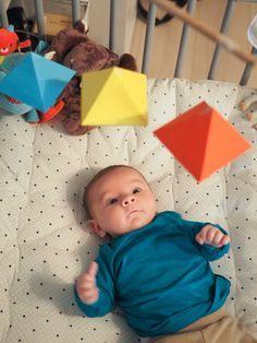 Les mobiles Montessori sont adaptés aux capacités cognitives des bébés. Dans cet article, nous vous proposons 3 mobiles à réaliser, chaque mobile correspond à une tranche d'âge et respecte ainsi le rythme de développement du nourrisson. A la fin du billet, les gabarits de ces 3 mobiles sont téléchargeables gratuitement en version pdf. Le mobile Montessori de Munari C'est le …