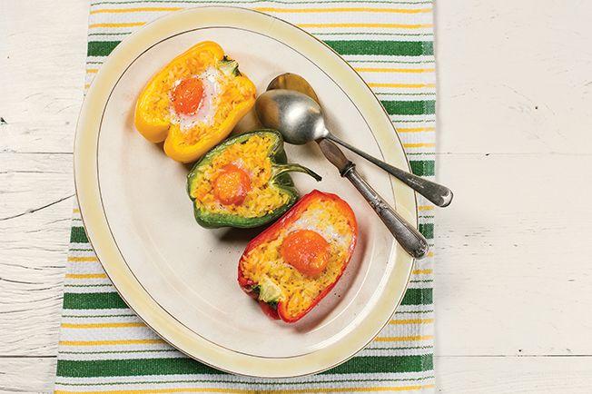 Tem pimentão, ovo e uma sobra de arroz na geladeira? Pimentões recheados com ovo                                        O jantar está garantido. Mas se o arroz não estiver pronto, vale a pena preparar.