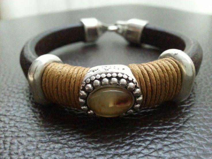 Pulsera de cuero regaliz con piedra en color caramelo #pulsera #bisuteria #moda #hechoamano
