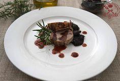 Filetto alle prugne con riduzione di vino rosso Ingredienti per 4 persone 4 filetti di manzo 250 gr di prugne Monterè 100 gr. pancetta olio di oliva q.b. s