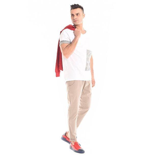 Cerchi un #look adatto per ogni giorno ma diverso dal solito? #Tshirt con maxitasca, #chino e Slip On #rosso fluo  #GianVargian #ss16