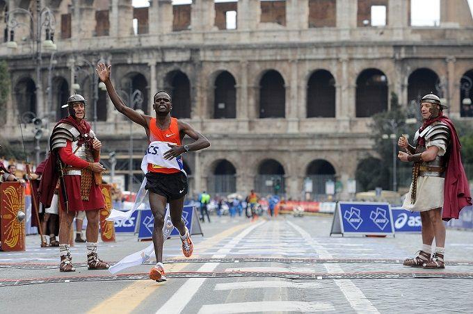 Meer dan 9.000 Italianen en 8.000 lopers uit 122 verschillende landen vormen samen het record van de marathon van Rome die altijd in maart de Italiaanse hoofdstad in haar greep houdt. Het is de populairste marathon van Italië, niet in de laatste plaats doordat de atleet Abebe Bikila er geschiedenis schreef door de route blootsvoets te lopen. Uiteraard passeert de route de mooiste, culturele en historische bezienswaardigheden van de eeuwige stad zoals het Colosseum en Vaticaanstad.
