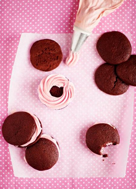 Mustaherukka-suklaa-whoopie