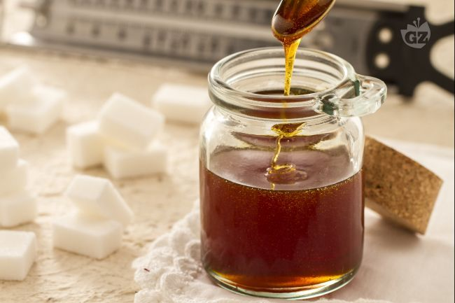 Il caramello è un elemento importante per la preparazione e la decorazioni di molti dolci: impariamo come fare il caramello e la salsa al caramello.