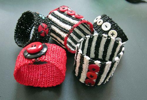 Virkade armband av återanvända plastkassar. Klipp 5-6 mm breda remsor och virknål nr 3. (in Swedish) Crocheted bracelet from recycled plastic bags. Cut 5-6 mm wide strips and use crochet hook No 3.