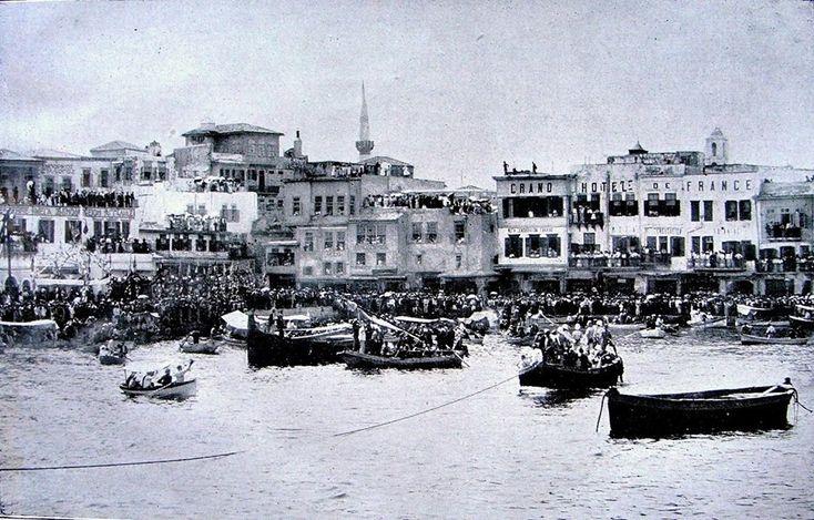 1900. Ο μιναρές είναι του Αράπ Τζαμισί. Ευθεία μπροστά τα σκούρα κτίρια δεν υπάρχουν σήμερα. Είναι η πλατεία Σαντριβανίου.