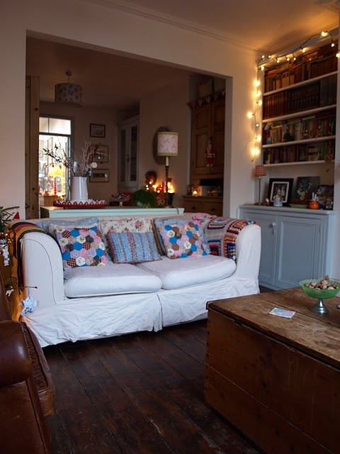 I like this room, similar to mine but opposite way round...miss my old settees like this cream one though :(