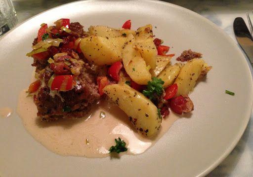 Recept: Köttfärslimpa med baconströssel och örtpotatis