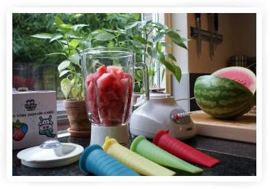 Benodigdheden:  - Watermeloen  - Een blender  - Een zeef  - IJsvormpjes     Bereidingswijze:  Snijd watermeloen in stukjes en ontdoe het van pitten en schil. Pureer de stukken meloen in de blender of sapcentrifuge. Daarna giet je het over in een zeef of in een vergiet met vochtige kaasdoek. Het sap giet je over in de ijsvormen. Dan zet je het in de vriezer. De meeste ingrediënten zijn na een nacht in de vriezer voldoende bevroren om te kunnen eten, dit is afhankelijk van de soort vriezer.