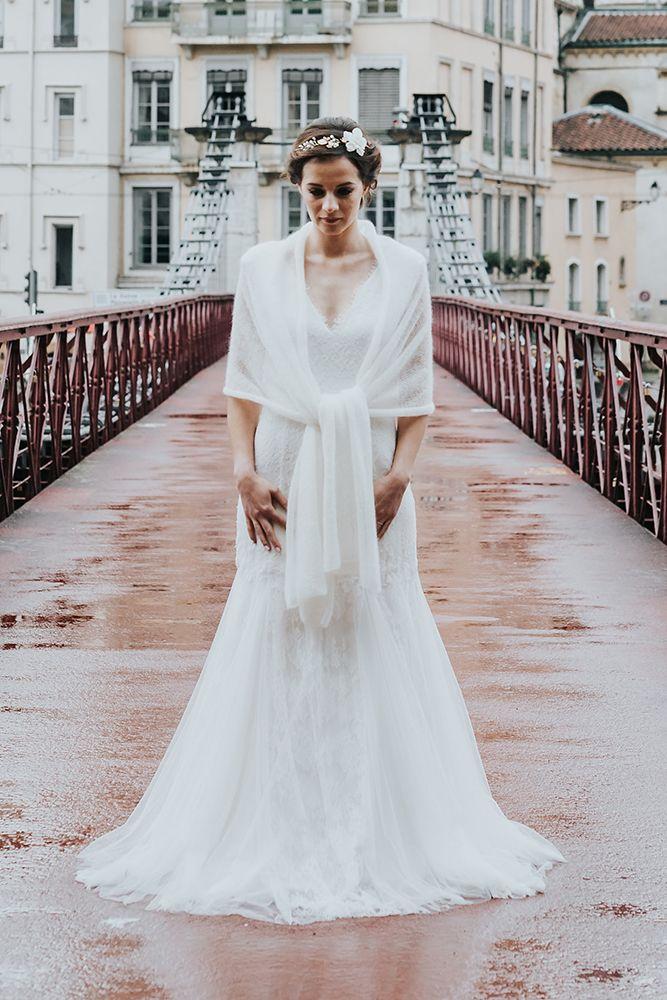 Modèle Paula : étole mariée, tricot en mohair fabriqué en France pour les mariages d'hiver. Confection de l'étole à la commande dans la boutique lyonnaise. Couturière robe de mariée sur mesure à lyon et accessoire de mariage tricoté