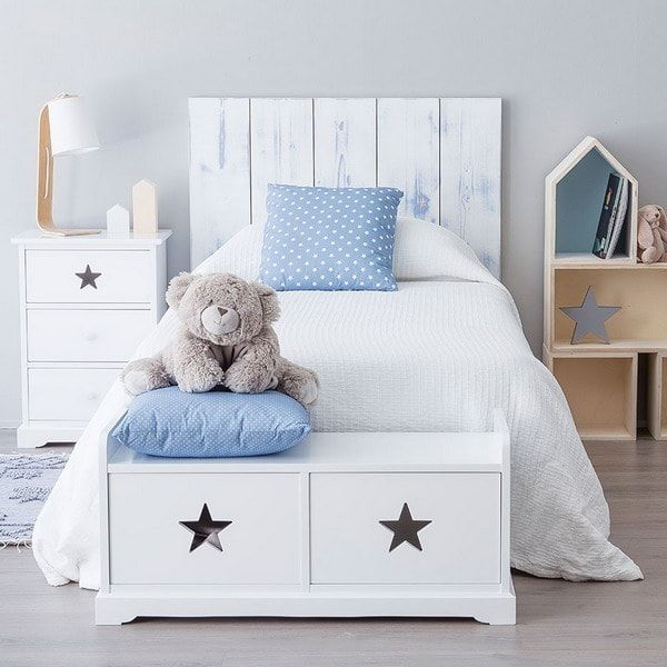 Cabecero de cama de madera y mueble de almacenaje a los piés
