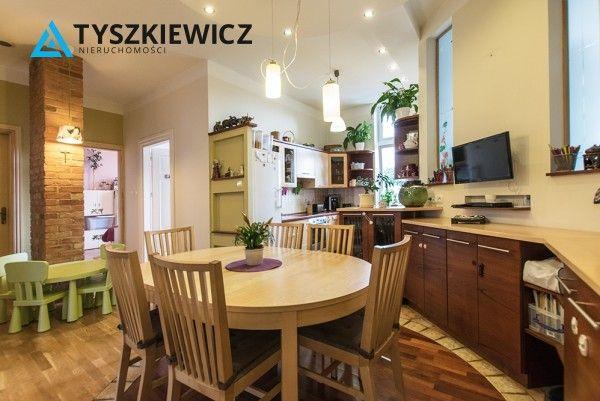 Luksusowe i przestronne mieszkanie w Sopocie. Mieszkanie w stanie idealnym, drewniane podłogi, drewniane drzwi, duża łazienka z oknem, kabina prysznicowa, wanna. Centrum mieszkania to kuchnia z salonem od którego rozchodzą się drzwi do czterech sypialni, garderoby. #sopot #mieszkanie #architecture #oferta CHCESZ WIEDZIEĆ WIĘCEJ? KLIKNIJ W ZDJĘCIE!