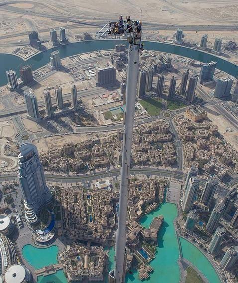 El salto base más salvaje desde los 828 metros del edificio más alto del mundo. Que vertigo!