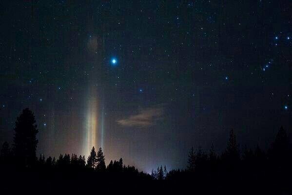 Un hermoso fenómeno natural: 'Pirámides de Luz' se provoca por la refracción cristales de hielo en la baja atmósfera