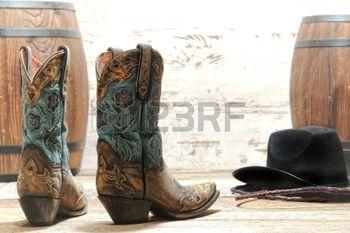 cowboy WESTERN: Ouest américain rodéo cowgirl bottes en cuir design avec surpiqûres fantaisie et découpes avec un chapeau de cowboy noir à une vieille événement de courses de baril de style