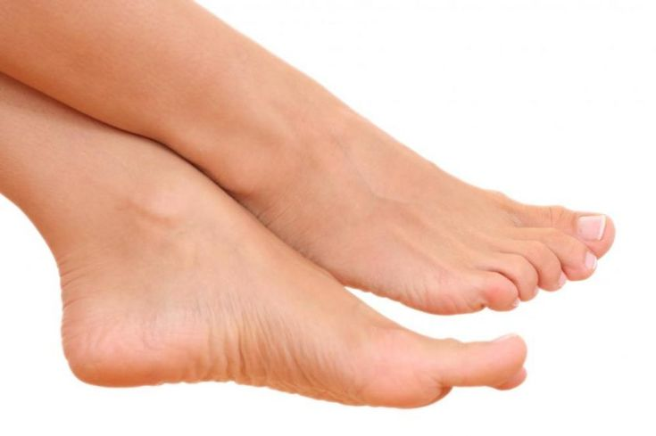 La sudorazione ai piedi, anche detta iperidrosi, è un problema molto diffuso, ma esistono alcuni rimedi naturali e piccoli accorgimenti utili a ridurre il disturbo.