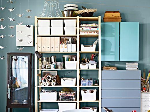 Opbergwand met planken, geschilderde kasten, ladeblokken en bakken