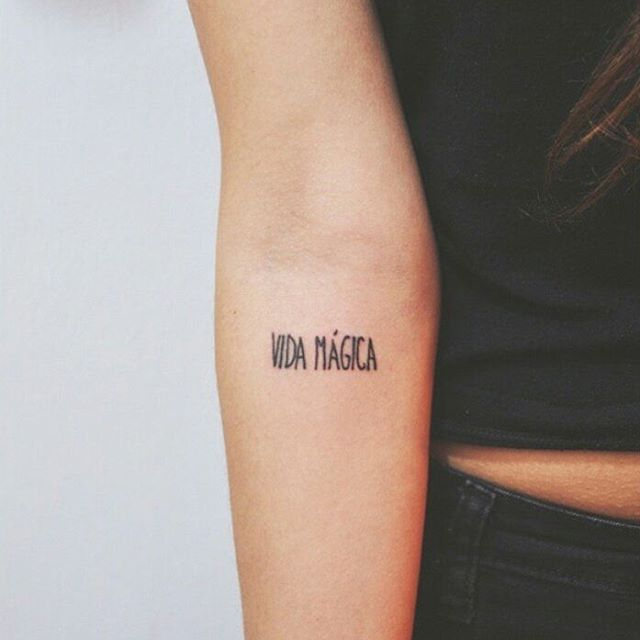 """These 37 Small Quote Tattoos Will Help You Follow BIG Dreams """"Vida mágica."""" """"Magic life."""""""