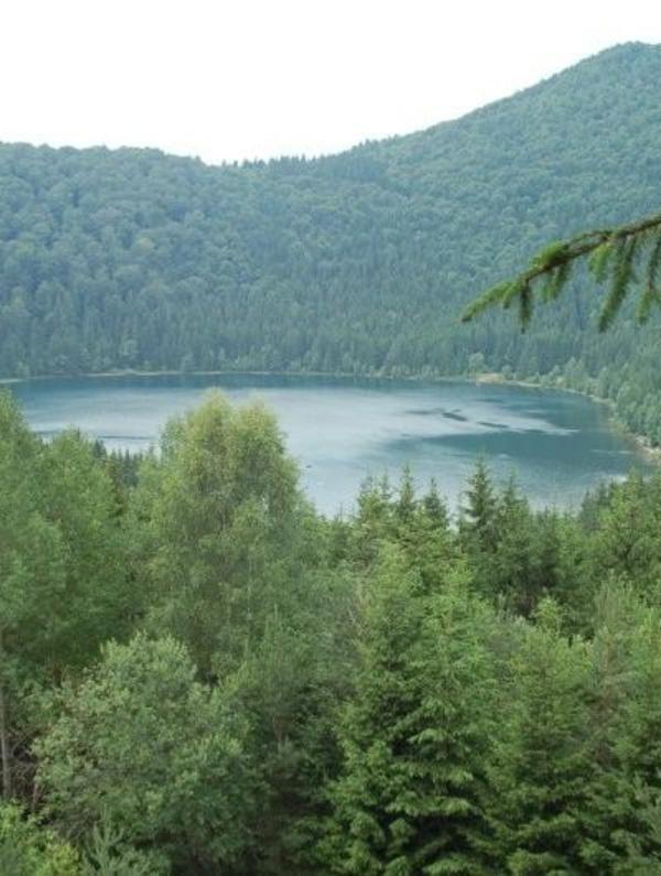 Lacul Sfanta Ana,singurul lac vulcanic din Romania. este situat in masivul Ciomatu, de pe stanga Oltului, in apropiere de Tusnad si este asezat pe fundul craterului unui vulcan stins.   Lacul isi completeaza apele numai din precipitatii, neavand izvoare. Puritatea apei se apropie de aceea a apei distilate, cu numai 0,0029 ml minerale. In apa nu exista oxigen, motiv pentru care in aceasta nu traieste nici o vietate.