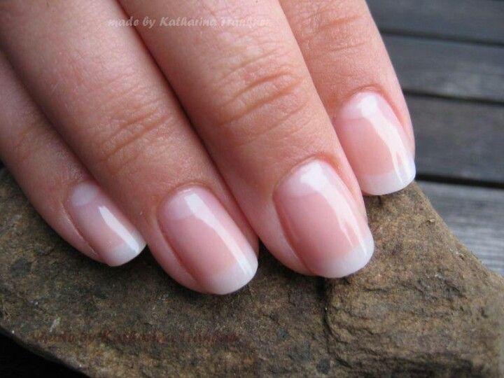 Schlichte Eleganz auch auf den Nägeln: Zum puristischen Stil passt eine french manicure optimal.(Natural Hair Wedding)