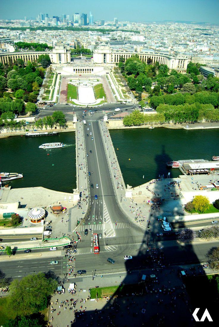 Paryż, cień wieży Eiffla