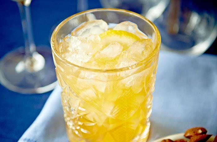 Recept på Amaretto Sour. Citron och sockerlag gör mandellikören till en frisk och inte alltför alkoholstark aperitif. Om man vill få mer bett i drinken kan man stärka upp den med 2 cl rom eller konjak.