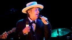 Bob Dylan heeft dit jaar de Nobelprijs voor literatuur gewonnen. Als beloning kreeg hij hiervoor 7 miljoen Zweedse kroon omgerekend 822.000 euro.