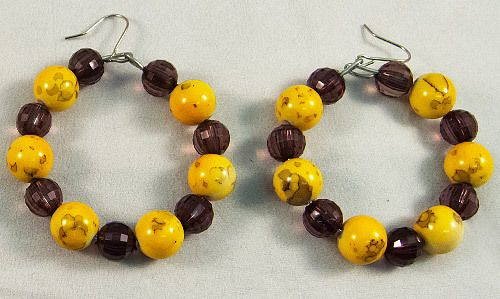 These are gorgeous circular earrings made with a mix of grey and yellow beads. They measure at 4.5 cm.