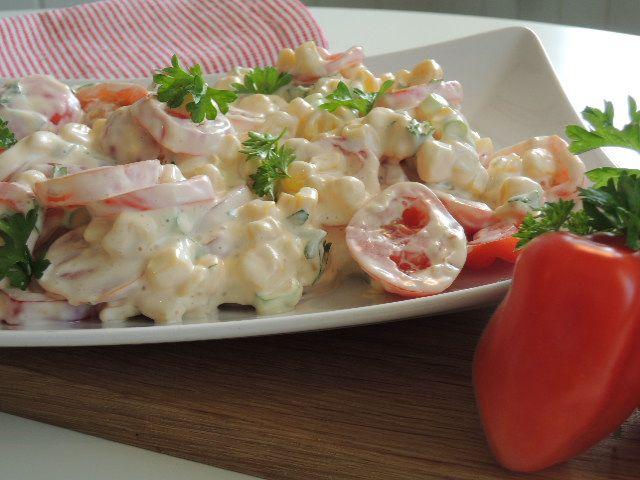 En deilig og mild kremet salat som passer perfekt til grillet kylling med sterk smak. Jeg har her benyttet nydelige søtesmå Italienske tomater fra Jacobs som minner om Cherry tomater, men vanlige ...