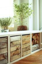 Witte kast met houten laden en ook nog plek voor het hout van de openhaard.