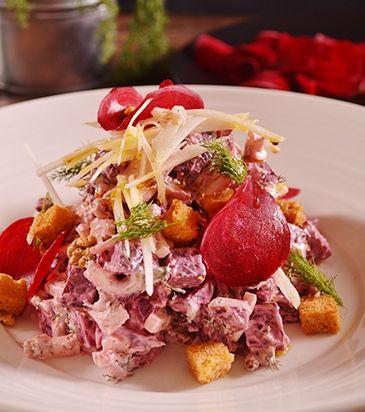 Σερβίρουμε τη σαλάτα και γαρνίρουμε με το παντζάρι, το μήλο και τα κρουτόν.