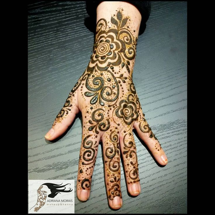 Henna Árabe estilo países do golfo. Henna Gulf Style #7enna #henna #mehendi #mehandi #mehndi #hennadesign #hennapro #hennatattoo #tatuagem #tatuagemfeminina #tattoo2me #pausaparafeminices #supervaidosa #universodamaquiagem_oficial #bohochic #hippiechic #fashion #fashionista #estilosa #itgirl #hudabeauty #mua #tatuagemdehenna #encontrofatimabernardes