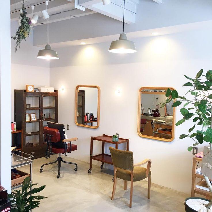はしっこをラウンドさせた鏡が、ずっと見てられるくらいお気に入りで、幸せです! ⁑ 鏡と椅子が並んでも、町の方には「何屋さんですか?」「雑貨屋さんですか?」「喫茶店かと思いました」と言われます ⁑ そんな感じでいいかな〜、頑張ろ〜 ⁑ #暮らし  #日々  #インテリア  #古道具  #truckfurniture #植物 #美容室 #美容院  #大阪 #高槻市  #暮らしと森のmuuf