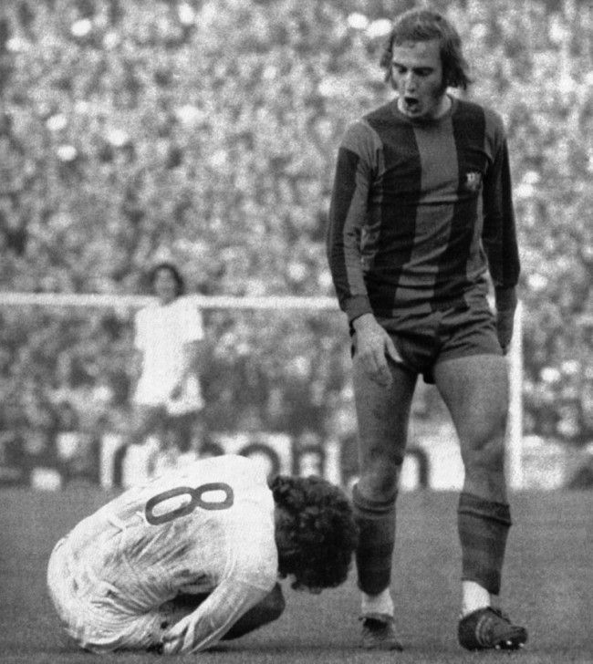 Barcelona's Johan Neeskens quietly and politely asks Real Madrid's Paul Breitner to return to a vertical base, 1975