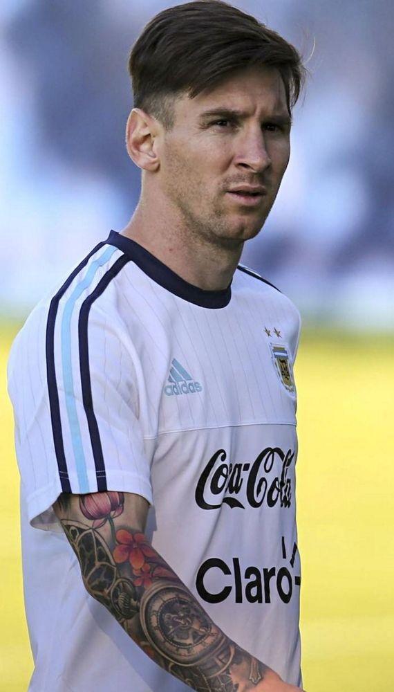 Él es Lionel Messi. Él es super estrella de fútbol. Él es muy guapo.