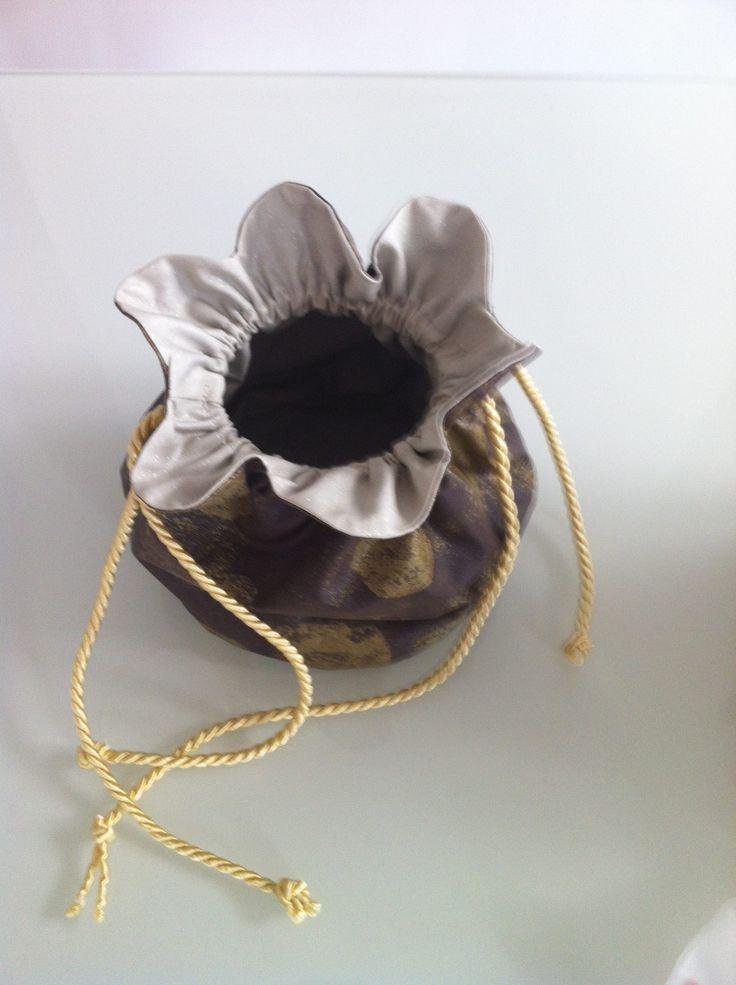 Une aumônière réalisée avec le coton enduit pastille chocolat/or par octavie-apars.com