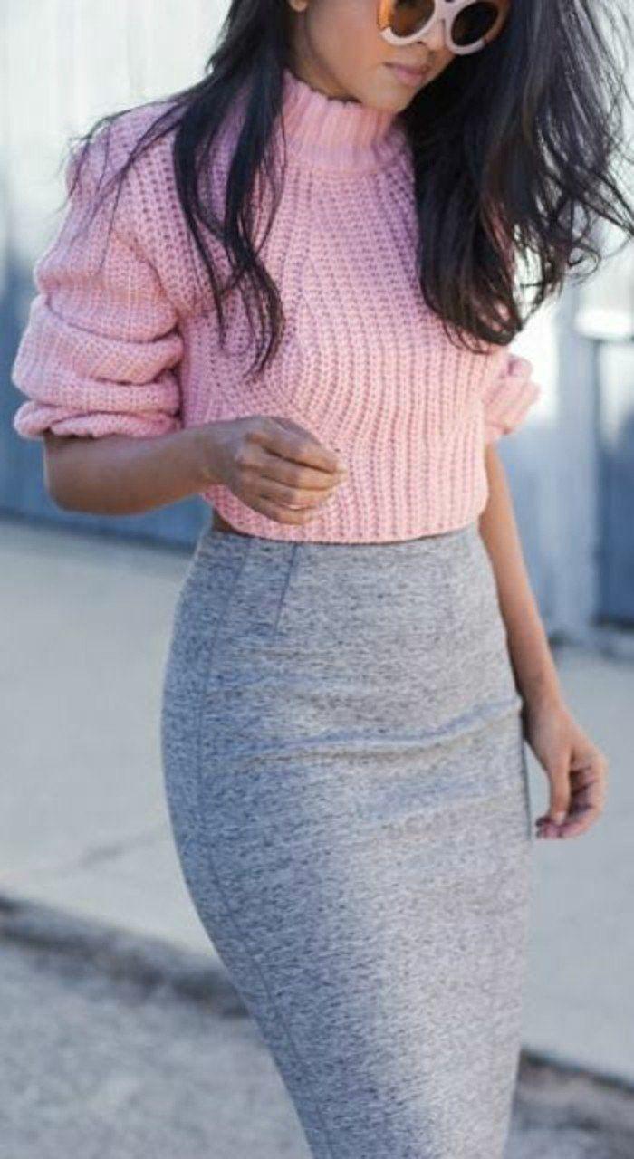 jupe moulante combinée avec un pull grosse maille à col roulé en rose bébé
