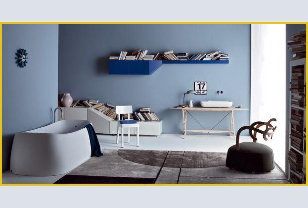 Volumi architettonici per il mobile componibile Hillside di Claesson Koivisto Rune (Arflex). Il prezzo della composizione fotografata è di € 1.517 per la parte pensile, e di € 3.210 per quella laccata bianca su cui è appoggiato il vaso Ikea Ps Jonsberg di Hella Jongerius (Ikea, € 34,95). Sul piano del tavolo cavalletto, design Franco Albini, della collezione i maestri di Cassina (da € 2.115): il lavabo Khroma di Roca (€ 361,20) con rubinetteria K(h)riò di Nadia Mongilardi per Ib Rubinetterie…