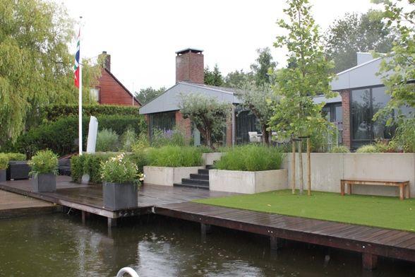 Tuin aan het water met hoogteverschillen.