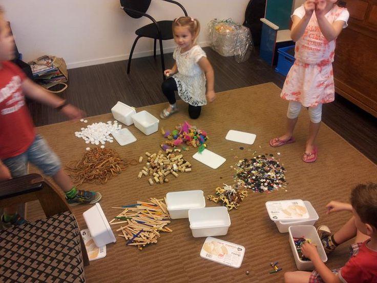 Verrassingsdoosjesdag. Vul grote ijsdozen met allerlei klein materiaal, van elastieken, kurken en doppen tot playmobil en knopen. We zetten de dozen dicht in de kring. Hoeveel dozen we hebben we? Laat de kinderen verschillende manieren bedenken om dit te tellen. En dan is het zover: de doosjes worden uitgedeeld! Verdeel de kleuters in groepjes en elke groep krijgt een of twee dozen om mee te gaan spelen. Met al die 'rommeltjes' gaan ze oefenen met tellen, kleuren, sorteren en wegen!