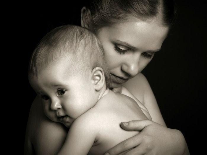 La legislación española prohíbe dar muestras gratis de leche artificial. La información que se les da a las familias debe contener información clara sobre los beneficios de la lactancia materna.