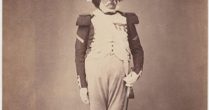 200 jaar geleden is het vandaag dat Napoleon zijn Waterloo beleefde net onder Brussel. Verbitterd werd de ooit Franse keizer verbannen naar het eiland Sint-Helena, waar hij op 5 mei 1821 stierf. Maar nog na zijn dood bleven veel van zijn soldaten hun aanvoerder trouw en trokken ze elke vijfde mei naar de Place Vendôme in Parijs om hem te herdenken. Bij een van die gelegenheden, waarschijnlijk in 1858, werden deze foto's gemaakt. Ze tonen veteranen van alle Napoleontische oorlogen, de mees...